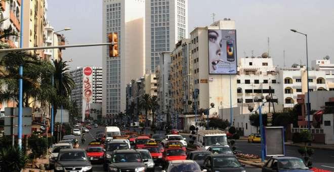البيضاء.. مواطن يحتج بطريقة مجنونة بسبب محضر !!