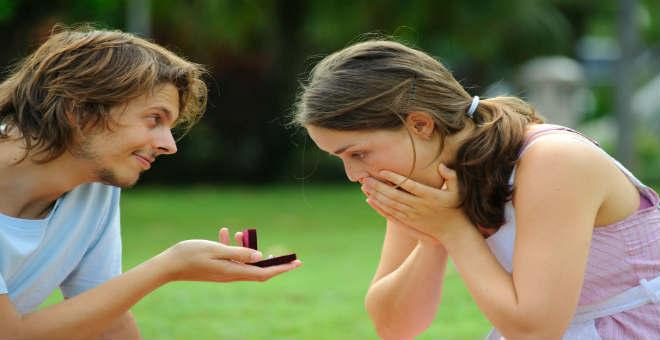 10 علامات تدل على أنه يريد الزواج منك !!