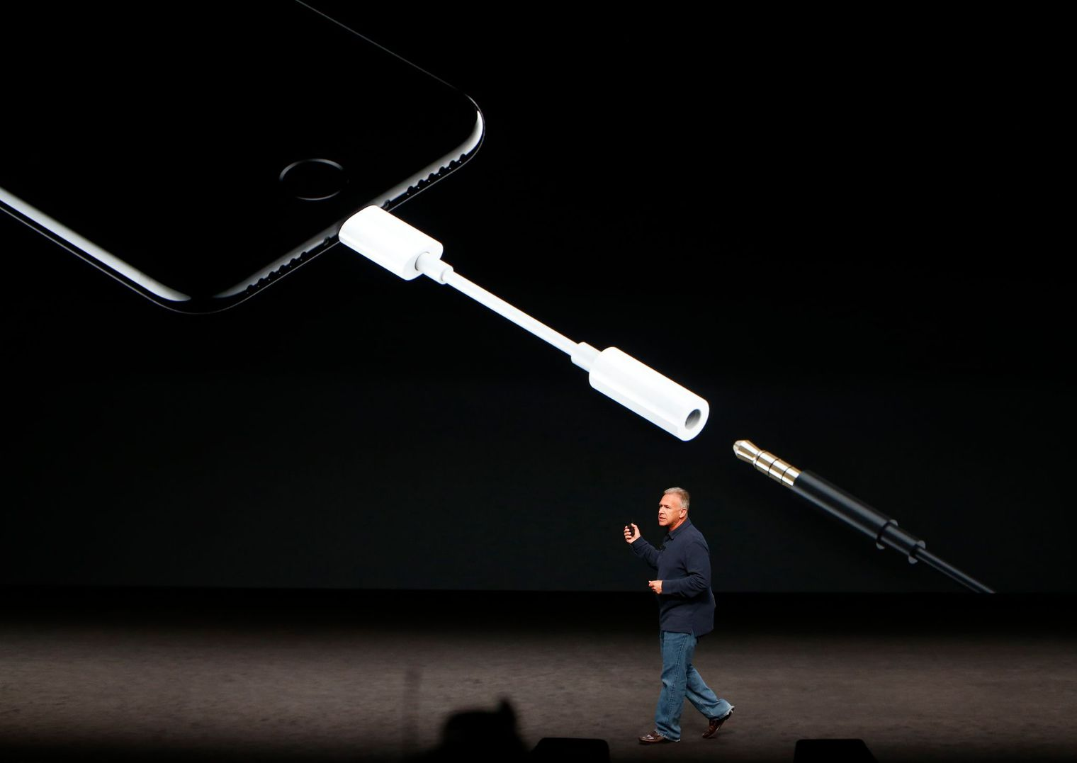 phil-schiller-discusses-the-audio-features-of-the-iphone-7-during-a-media-event-in-san-francisco_5664917