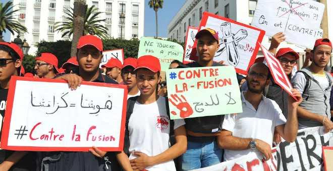 بالصور. مئات الطلبة يحتجون أمام البرلمان لإسقاط مرسوم حكومي
