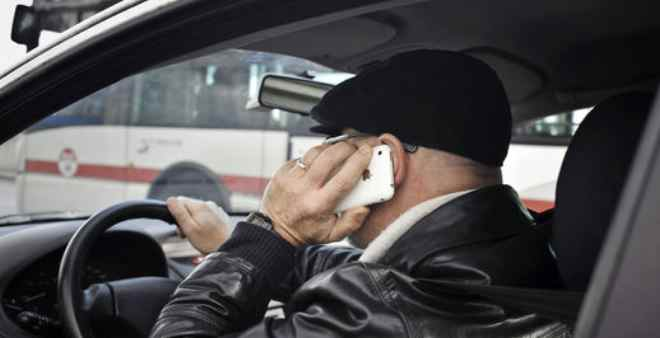 مضاعفة غرامات استخدام الهاتف أثناء القيادة للحد من حوادث السير