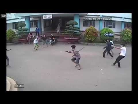 بالفيديو... مشفى يتحول إلى ساحة قتال بالسيوف بين عصابتين