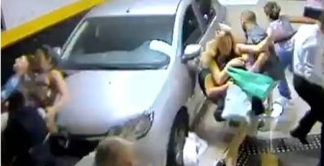 خطير.. سيدة تدهس مجموعة من الأشخاص بسيارتها (فيديو) !!