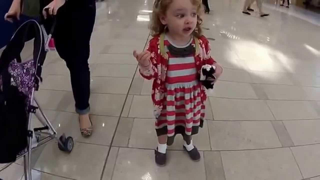 طفلة أمريكية وردة فعل غريبة عند سماعها الآذان لأول مرة في حياتها.