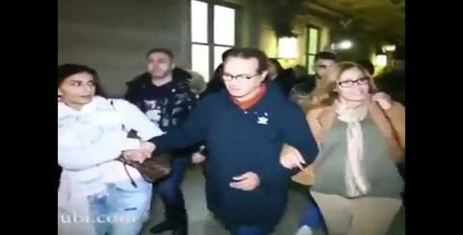 بالفيديو: والد سعد لمجرد الفنان البشيرعبدو في حالة انهيار بعد خروجه من المحكمة بفرنسا!