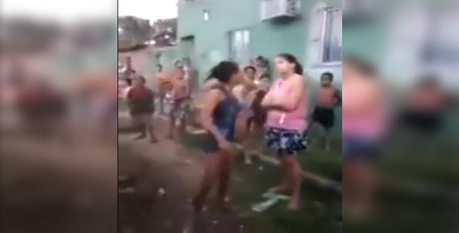 بالفيديو.. شجار بين فتاتين ينتهي بسقوطهما في الواد الحار