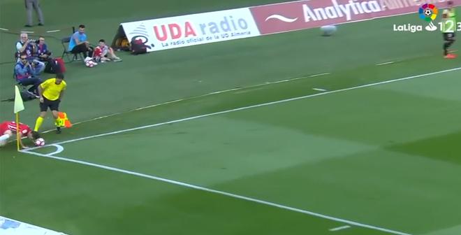 فيديو .. أوقف الكرة برأسه فوق خط التماس لتنتهي اللقطة بهدف رائع