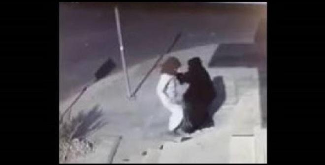 فيديو.. لحظة الاعتداء على فتاة سعودية وسرقتها في حي هادئ