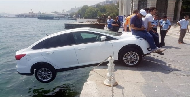 المارة ينقذون سيارة من السقوط في البحر بطريقة مضحكة