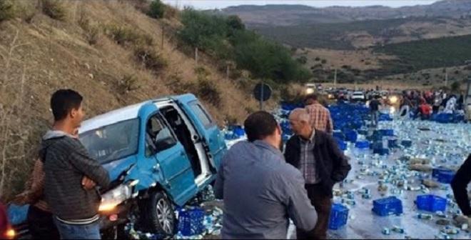 انقلاب شاحنة للحليب بطريق طنجة و المواطنون يسرقون عوض التضامن مع السائق