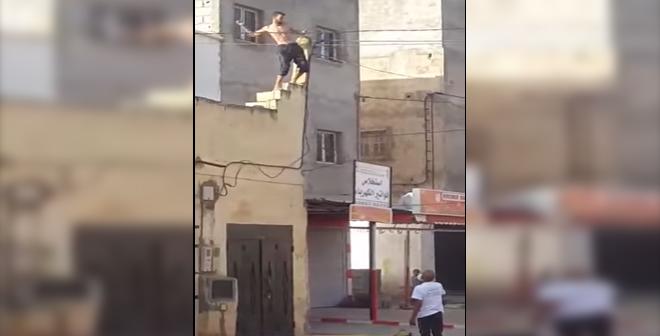 بالفيديو.. شاب يقذف السيارات بالحجارة ويقطع الطريق ببني ملال!