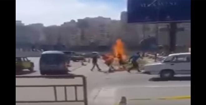فيديو.. مواطن مصري يحرق نفسه أمام نادي القوات المسلحة بالإسكندرية