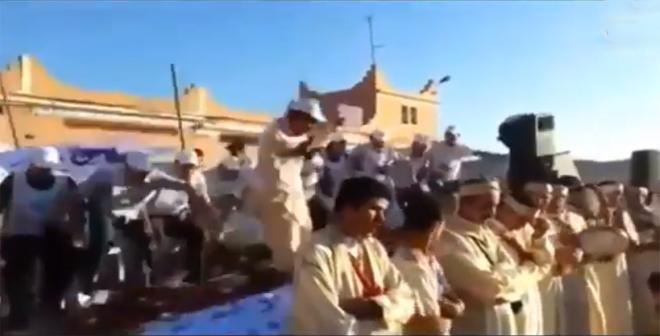 لحظة سقوط أعضاء حزب الأصالة والمعاصرة من المنصة أثناء الخطاب