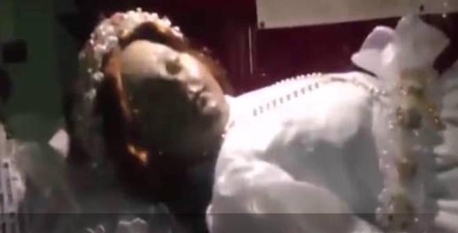 فيديو غريب.. فتاة متوفاة منذ أكثر من 300 سنة تفتح عينها فجأة بالمتحف