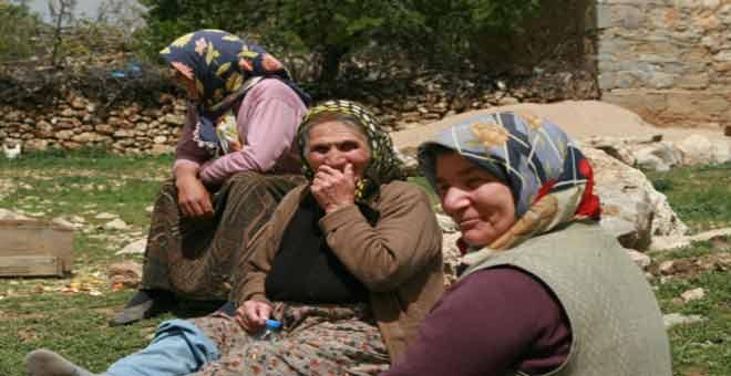 نساء الريف التركي يمارسن لعبة جميلة
