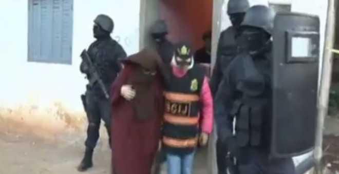 """شاهد لحظة تفكيك خلية إرهابية تضم فتيات """"داعشيات"""" في مدن مغربية"""