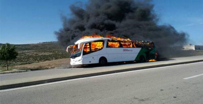 حافلة تقل سياحا إسبان تتحول إلى كرة من النار بين طنجة وتطوان