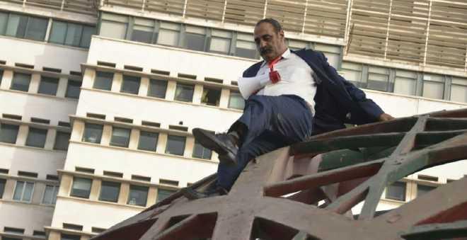مواطن يخلق البلبلة وسط البيضاء بعد صعوده معلمة الكرة الأرضية