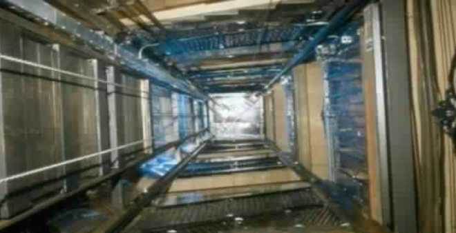 حادث مروع..سقوط مصعد فجأة يفصل رأس عامل عن جسده