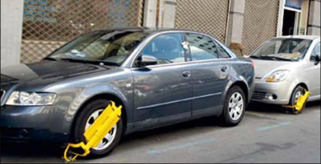 """بالفيديو.. هذا ما فعله مواطن ليخلص سيارته من """"الصابو"""" !!"""