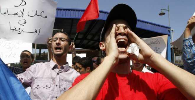 مغاربة سبتة يحتجون على محاولة قتل شاب مغربي من طرف جندي اسباني!