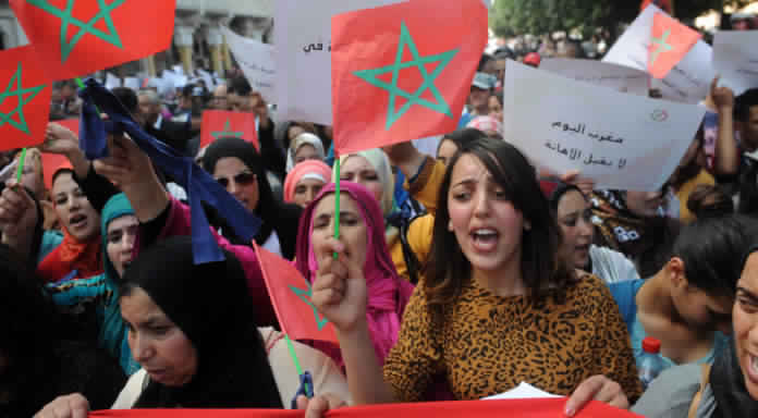 """متظاهرات بمير اللفت يرفعن شعارات قوية ضد الرجال:""""النساء هاهما والرجال فيناهما""""!! (فيديو)"""