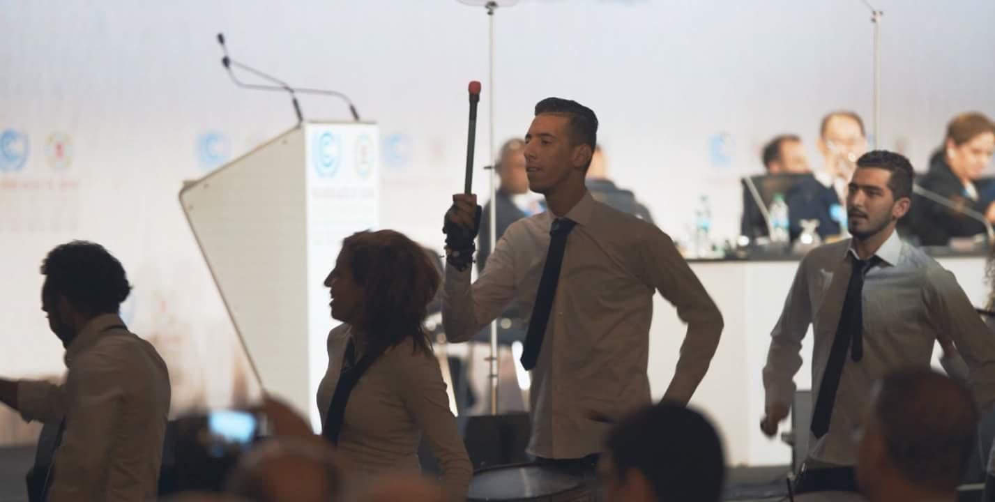 الطبول تخلق الحدث بقمة المناخ وضيوف مراكش يتجاوبون معها