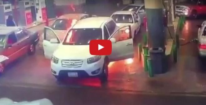 بالفيديو.. شاب ينقذ أمه من حريق داخل محطة وقود !!