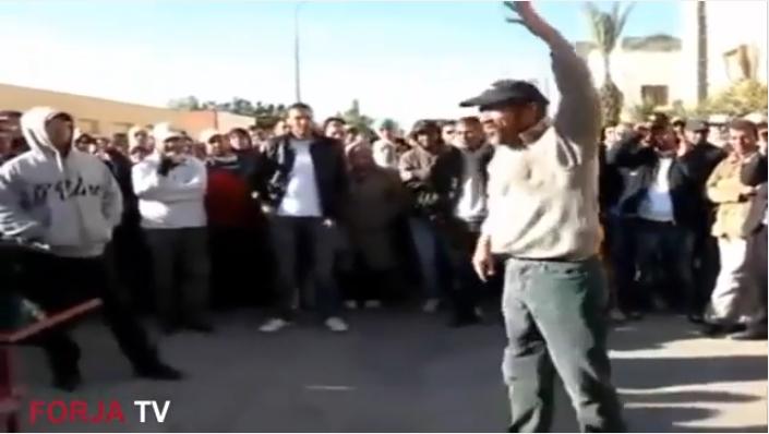فيديو صادم : لحظة اقدام مواطن على احراق نفسه بمدينة العيون