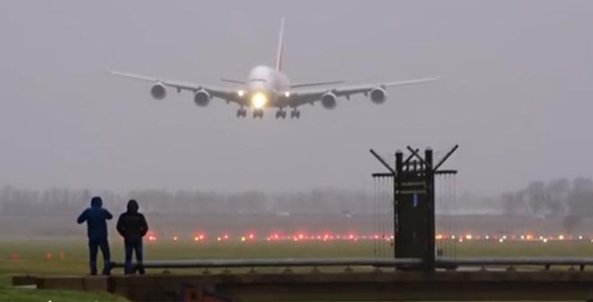 فيديو.. لحظة هبوط أكبر طائرة في صراع مع الرياح