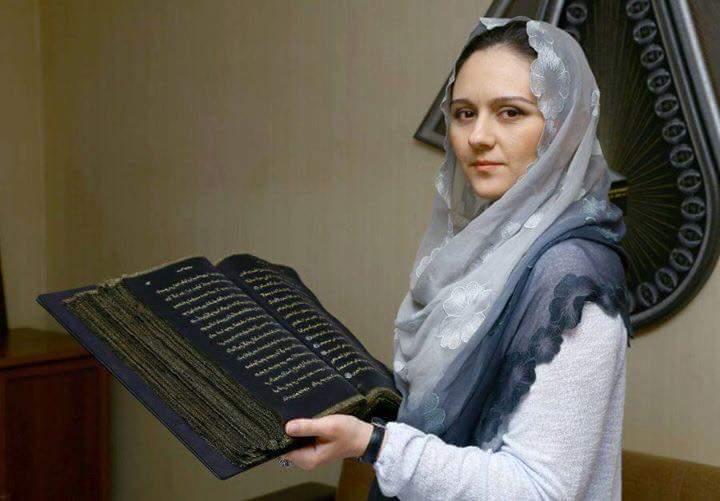 فنانة أذربيجانية تصمم أول مصحف مكتوب على الحرير في العالم