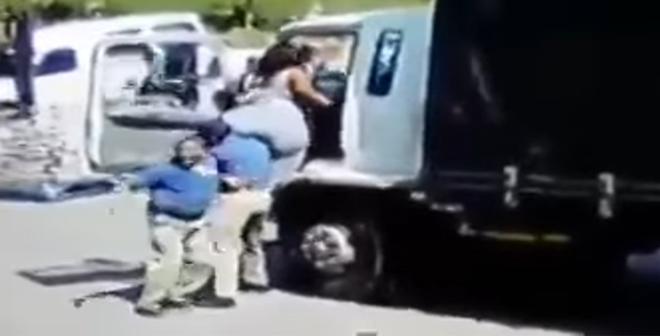فيديو طريف لسيدة بدينة تحاول الصعود الى شاحنة.. شاهد كيف انتهى الامر!
