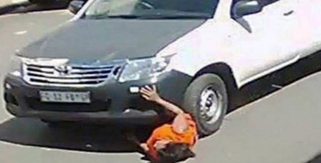 فيديو مروع لرجل يدهس سيدة ويجرّها 18 متراً !!