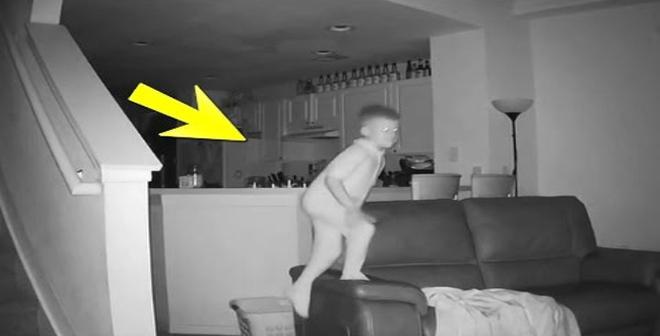 أب لاحظ أن ابنه يستيقظ كل يوم وهو متعب وعندما راقبه بكاميرا مراقبة..أنظرو ماذا إكتشف!
