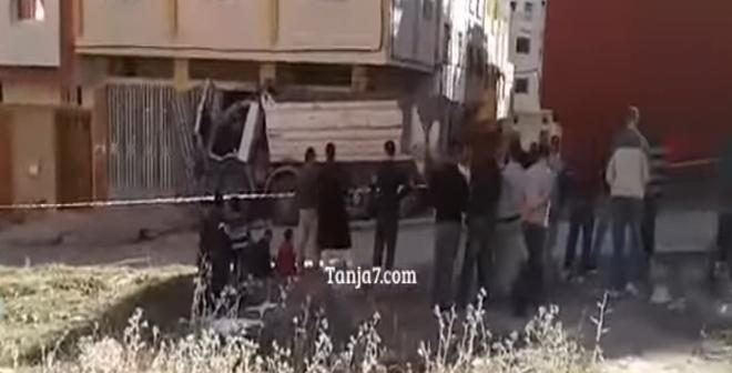 بالفيديو.. شاحنة تهدم أعمدة منزل بحي في طنجة وتُعرّضه للانهيار
