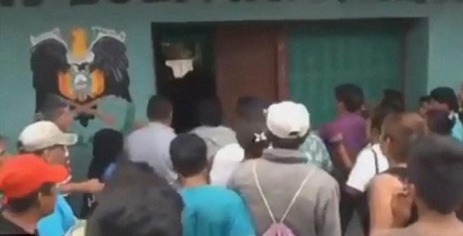 اغتصب طفلة وقتلها.. فاقتحم الأهالي السجن وعاقبوه بهذه الطريقة البشعة (فيديو)