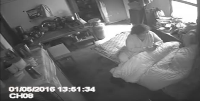 رجل يضع كاميرا في بيته شاهدوا ماذا فعلت زوجته بأمه بعد مغادرته البيت!