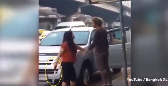 الفيديو امرأة تهاجم زوجها بساطور بعد غيابه عن المنزل !