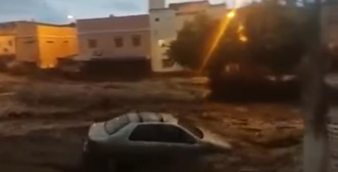 شاهد لحظة جرف السيول للمواطنين و السيارات بسيدي أحمد!
