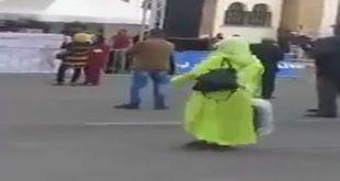 سيدة ترقص بعفوية خلال احد الاستعراضات