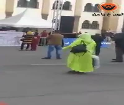 طريف.. فيديو لسيدة ترقص بعفوية خلال احد الاستعراضات