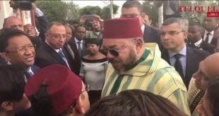 الملك يتحدث إلى أحد المقربين من جده بمدغشقر ويضحك الجميع