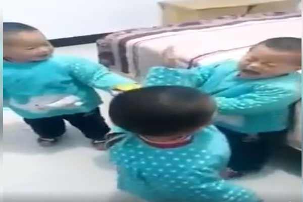شاهد حوار مضحك بين 3 أطفال يتحول لمعركة طريفة