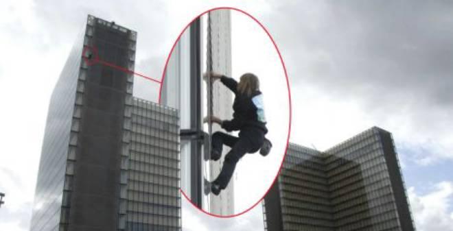 بالصور.. Spiderman الفرنسي يتسلق ناطحة سحاب بدون أي معدات!!