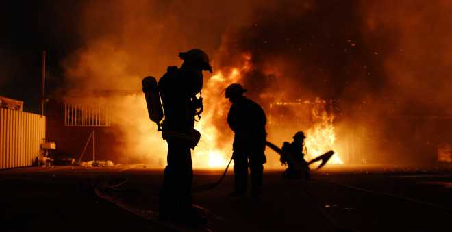 مقتل عنصر من الوقاية المدنية في حريق مهول بمستودع للخشب بسلا