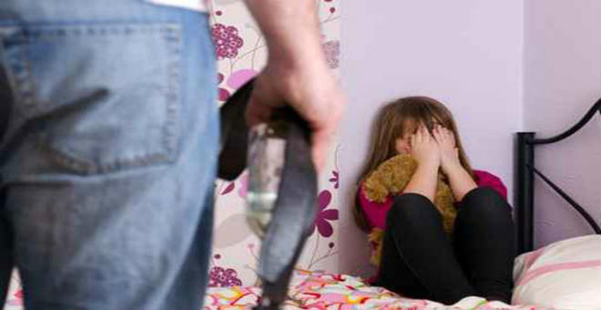 وحش بشري يغتصب ابنته القاصر وينجب منها بحجة أن زوجته مريضة