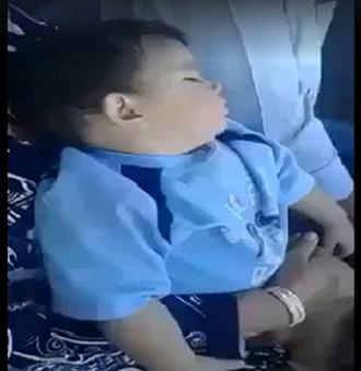 فيديو طريف لردة فعل طفل نائم في حلبة للـ