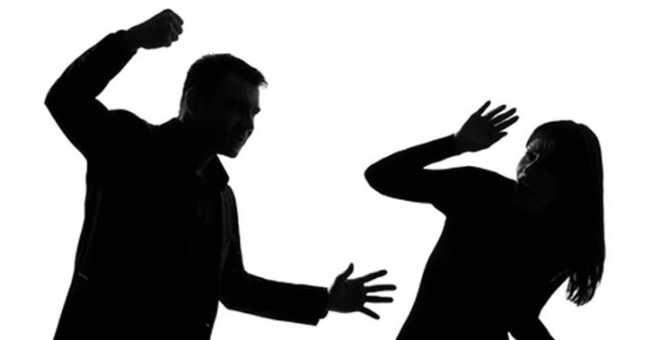 العنف ضد المرأة يُخرج الحقوقيين للتظاهر أمام البرلمان