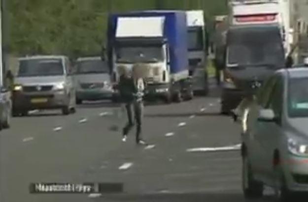 بالفيديو... انقلاب شاحنة بنك شاهد كيف تصرف من كانوا في مكان الحادث!
