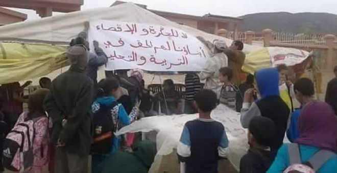 أولياء التلاميذ ينصبون خيمة احتجاجا على مؤسسة تعليمية لتعويض غياب أستاذ